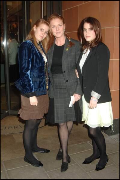 Sortie complice au restaurant Cipriani en 2005 pour un déjeuner d'avant Noël entre Sarah Ferguson et ses filles Eugenie et Beatrice.
