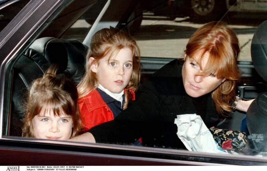 Sarah Ferguson couve ses deux petites filles, veillant sur Eugénie et Beatrice comme le lait sur le feu en 1997.