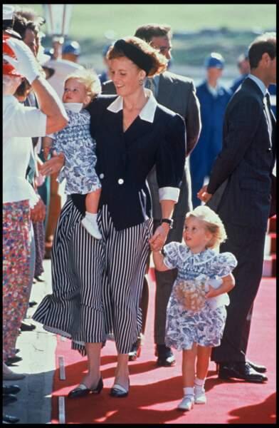 Sarah Ferguson et ses deux petites filles Beatrice et Eugenie en 1991 à Aberdeen en Ecosse. Adorables, les deux blondinettes sont habillées pareil.