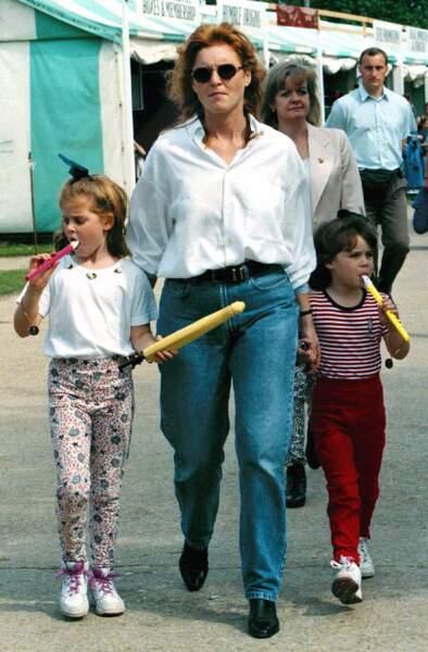 Sarah Ferguson, ses filles à ses côtés coiffées d'un ruban, suçotent des friandises.