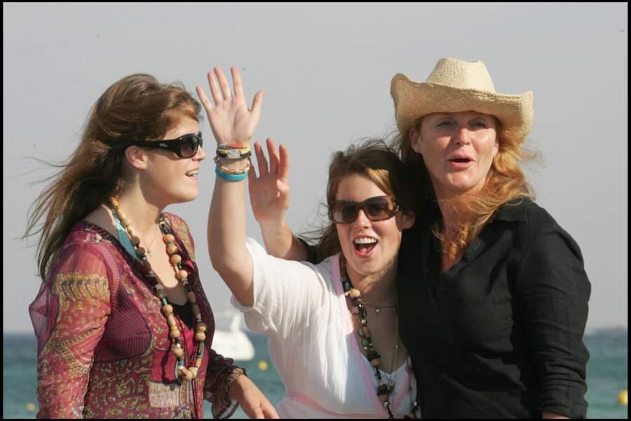 Vacances sous le soleil de Saint-Tropez en 2015 pour le joyeux trio composé de Sarah Ferguson et ses filles Beatrice et Eugenie.