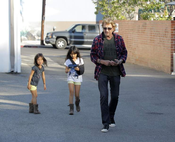 Johnny Hallyday, avec ses deux filles Jade et Joy, à Santa Monica, en octobre 2013.