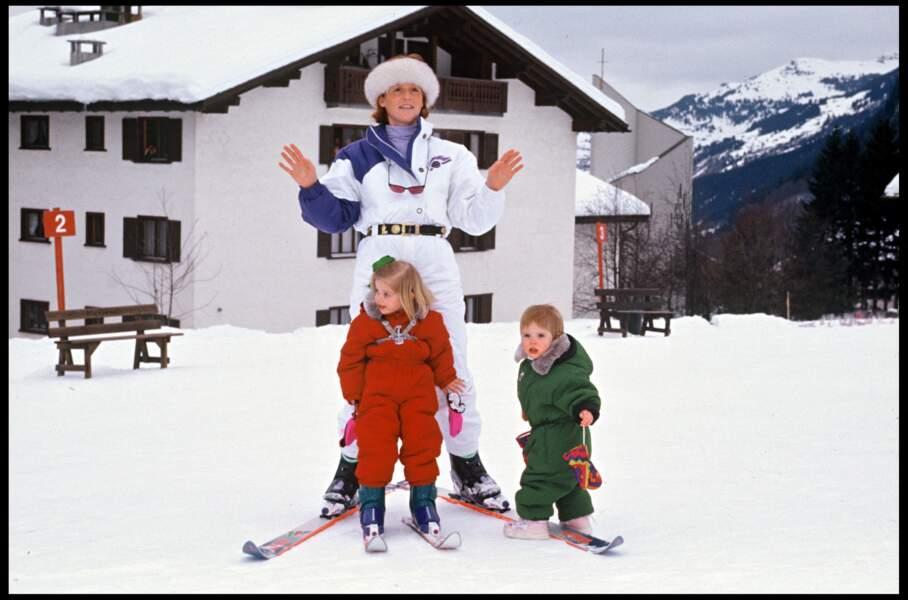 Maman attentionné, Sarah Ferguson veille sur ses filles Eugenie et Beatrice lors de leurs premières leçons de ski, comme ici à Klosters en 1991.