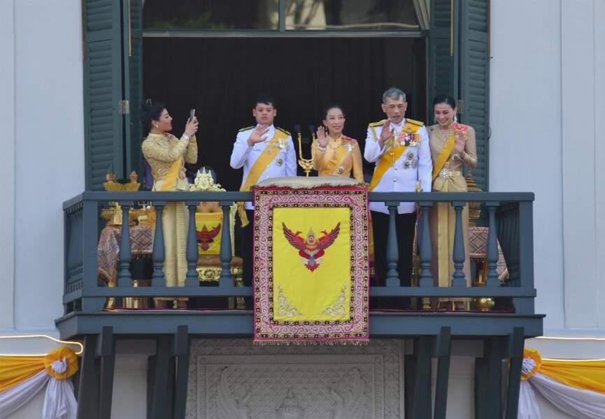 Maha Vajiralongkorn aux côtés de la reine Suthida, de l'un de ses fils, Dipangkorn, et d'une de ses filles, lors de son couronnement.