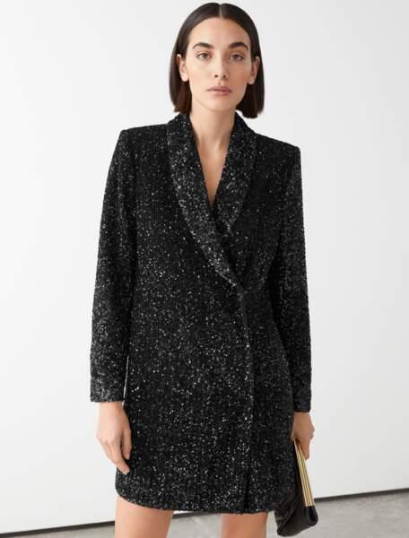 Robe noire à sequins façon blazer, 149 €, & Other Stories.
