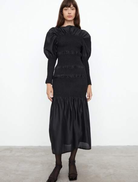 Robe Coripe en soie noire, 570 €, Totême.