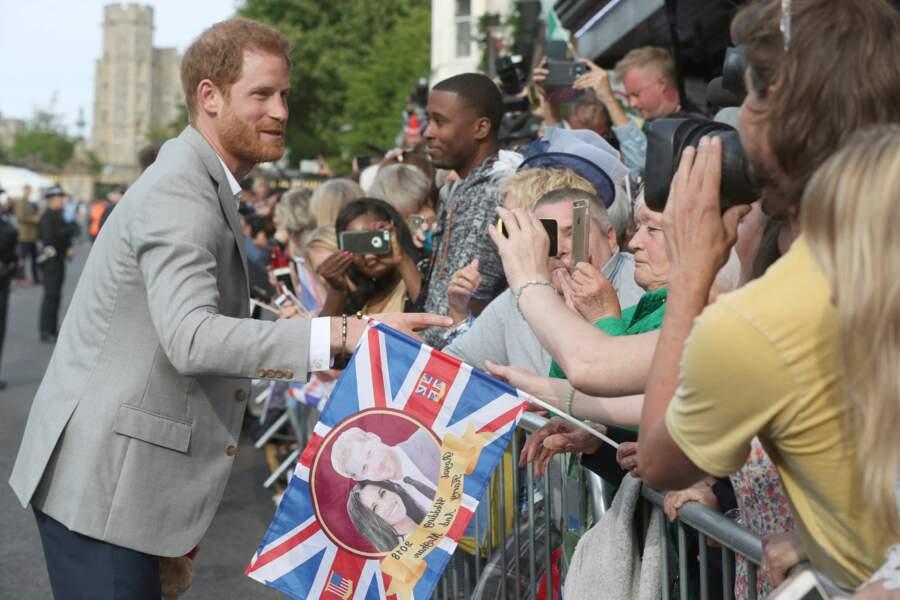 Le prince Harry saluent les fans
