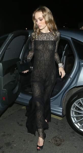 Lily-Rose Depp  assortit sa robe longue noire à une paire d'escarpins noirs.
