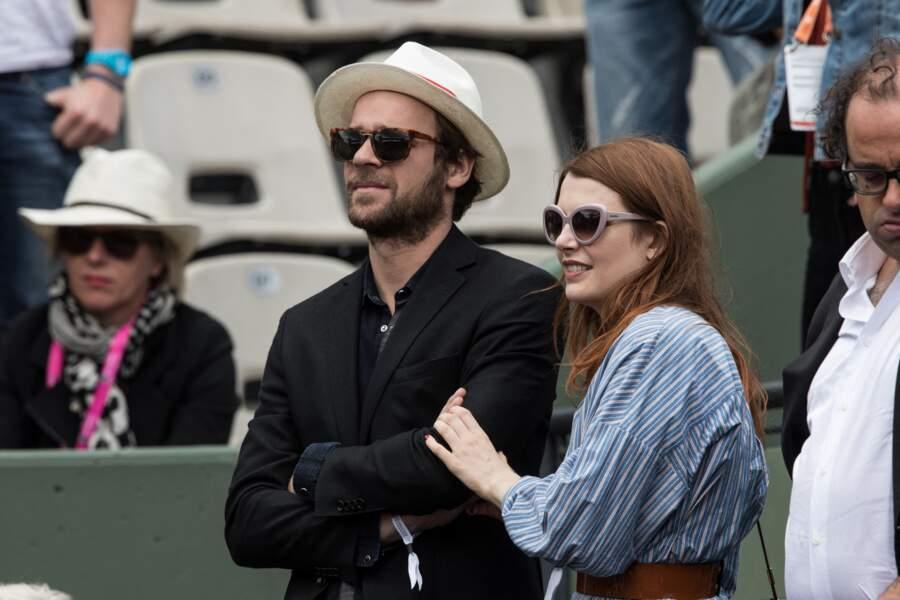Elodie Frégé et son compagnon Cyril Mokaeish dans les tribunes des internationaux de tennis de Roland Garros à Paris, le 7 juin 2017