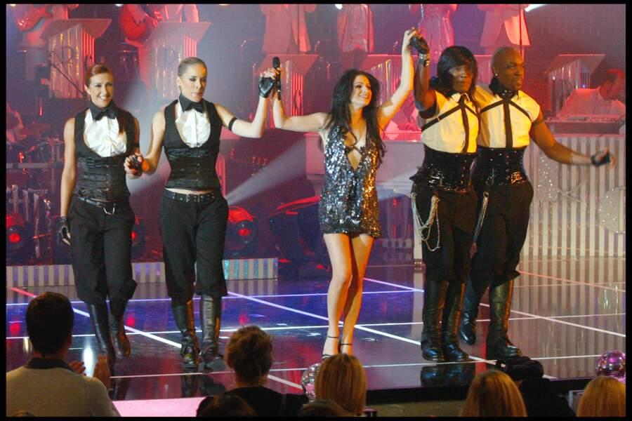 Larusso accompagnée de ses danseurs lors de l'enregistrement de l'émission Les années bonheur en 2010.