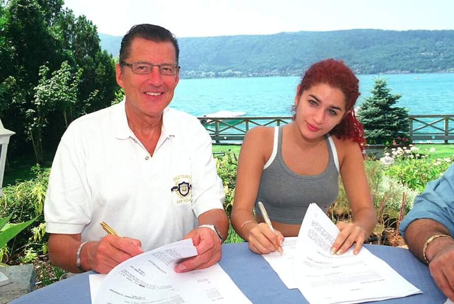 Laetitia Larusso en compagnie de Jean-Claude Camus à Annecy pour la signature d'un contrat en 1999.