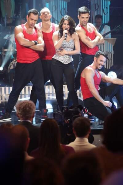 """Larusso lors de l'enregistrement de l'émission """"Les années Bonheur"""" accompagnée par ses danseurs."""