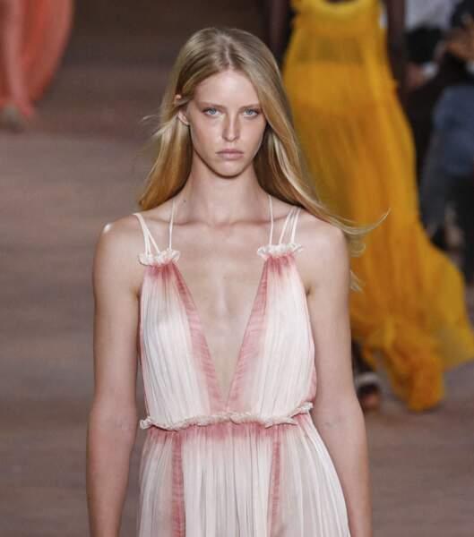 """Le nude lumineux du défilé de mode printemps-été 2021 """"Alberta Ferretti"""" à Milan."""