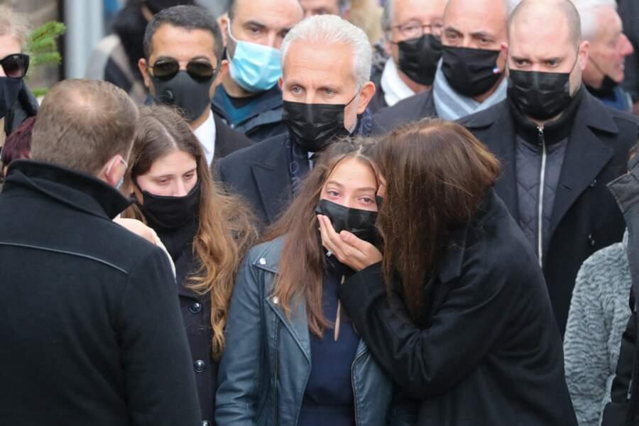 L'épouse de Christophe Dominici tente de réconforter sa fille très émue pour la cérémonie en hommage à son père défunt.