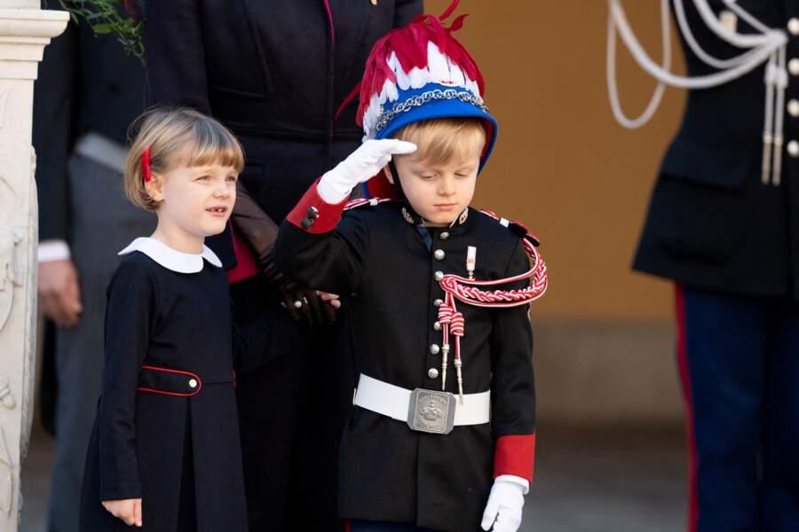 La princesse Gabriella, tout sourire aux côtés de son frère Jacques, pour assister à une cérémonie de remise de médaille dans la cour du Palais lors de la Fête Nationale monégasque, le 19 novembre 2020.