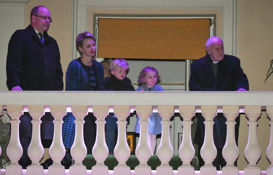 30 Mars 2018 : Le prince Albert II et la princesse Charlène assistent avec leurs enfants Jacques et Gabriella à la Procession du Vendredi Saint depuis le balcon du Palais princier.