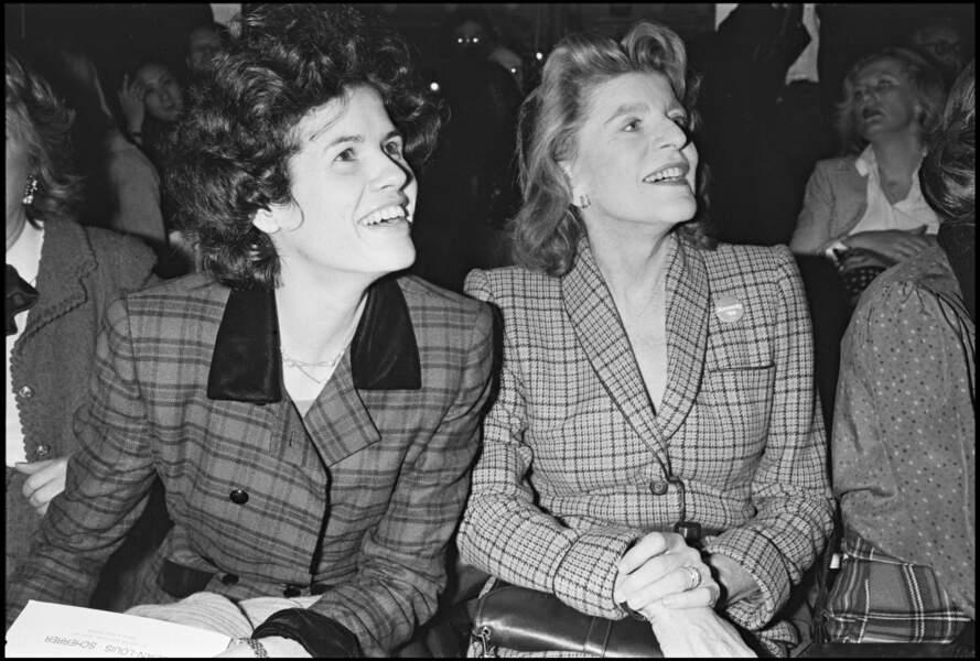 La fille de Valéry Giscard d'Estaing, Valérie-Anne avec la soeur de JFK lors d'un défilé de mode en 1980 à Paris.