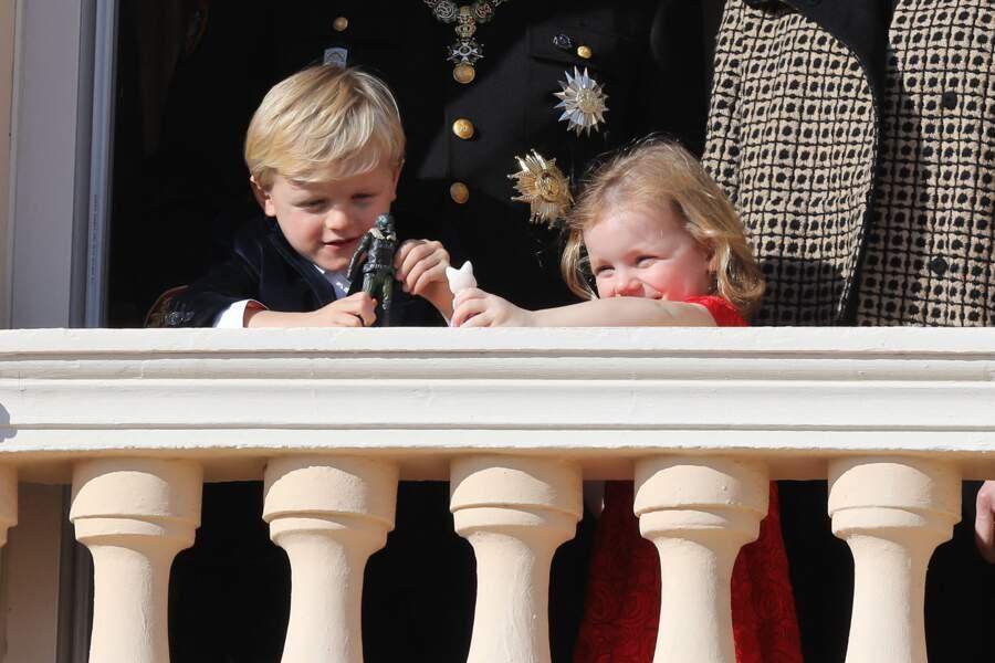 Le prince Jacques et la princesse Gabriella s'amusent au balcon du palais lors de la fête nationale, célébrée le 19 novembre 2018 à Monaco.