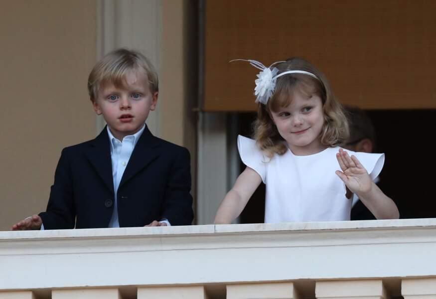 Le prince Jacques, en blazer chic bleu marine, et la princesse Gabriella, ravissante dans une robe blanche à manches volantées signée Jacadi : des jumeaux très élégants pour assister au feu de la Saint Jean, le 23 juin 2020.