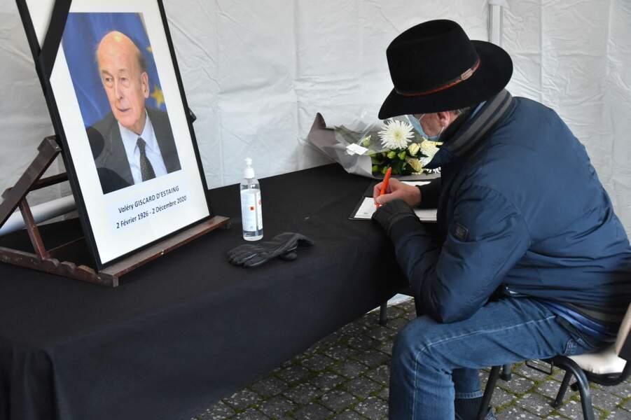 """À Chamalières, ville où """"VGE"""" a été maire, les habitants ont pu adresser un mot à la famille sur un registre de condoléances mis à leur disposition."""