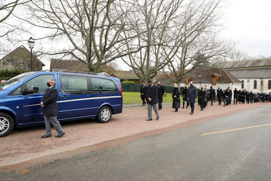 La famille de Valéry Giscard d'Estaing a fait le chemin à pied, derrière le véhicule funéraire, de l'église au terrain privé où repose aussi sa fille Jacinte.