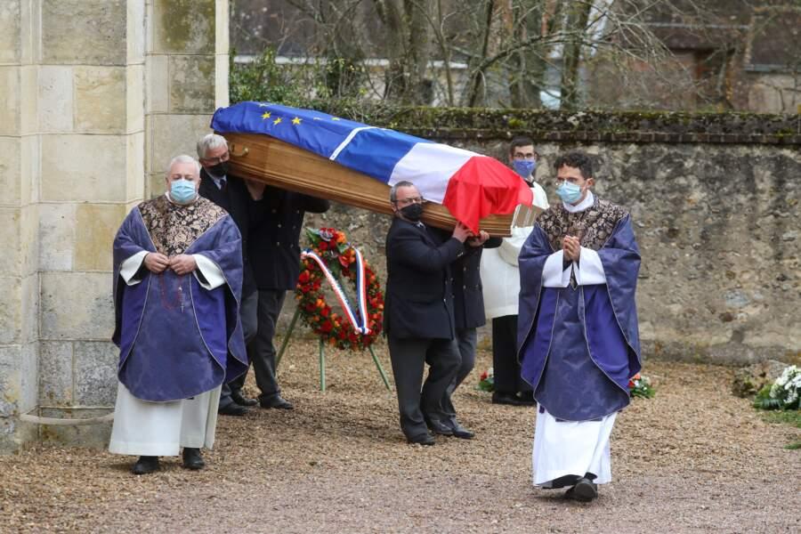 Le cercueil de Valéry Giscard d'Estaing quittant l'église Saint-Hilaire d'Authon.