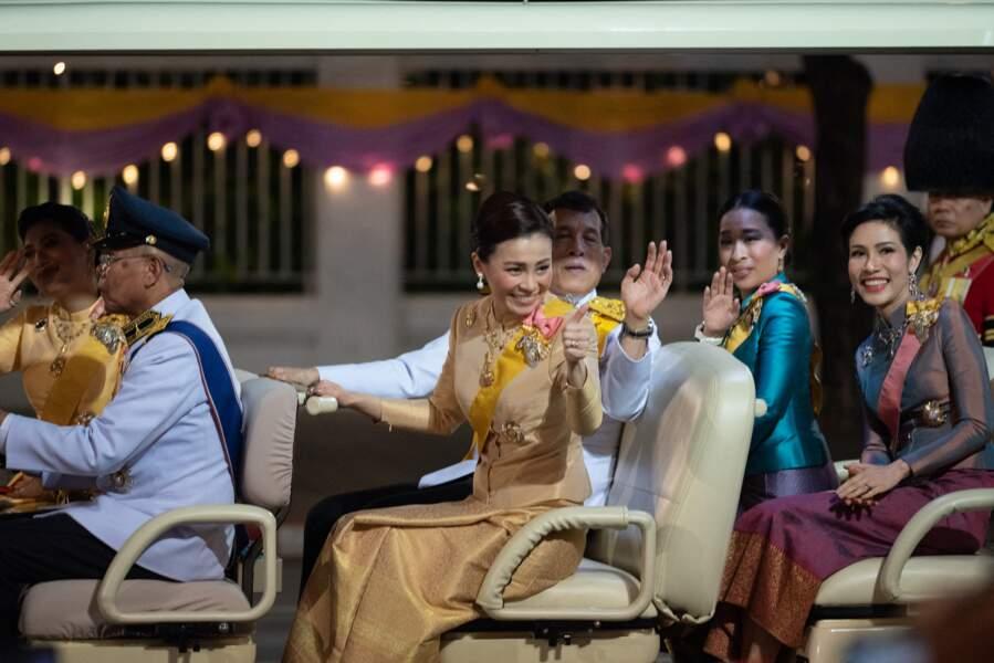 La famille royale thaïlandaise a paradé à Bangkok pour célébrer l'anniversaire du roi Bhumibol, l'ancien monarque