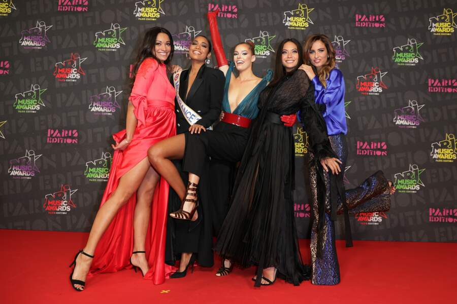 Les ex-Miss Cindy Fabre (portant une robe signé Christophe Guillarmé), Maeva Coucke, Vaimalama Chaves et Malika Menard, avec Miss France Clémence Botino, aux NRJ Music Awards 2020.