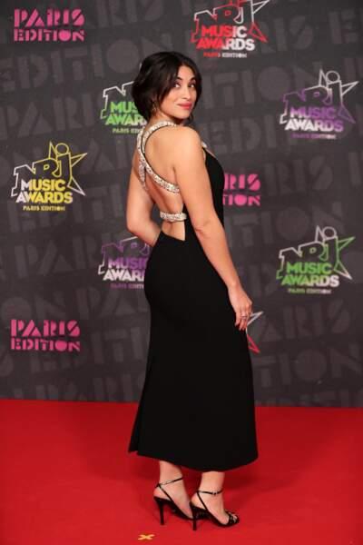 Camelia Jordana en robe longue noire et dos nu sur le tapis rouge des NRJ Music Awards 2020.
