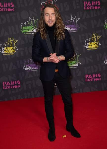 Julien Doré tout en noir, très stylé, aux NRJ Music Awards 2020.
