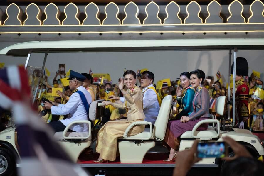 La roi Rama X avec sa femme, ses filles et sa concubine, à Bangkok le 5 décembre