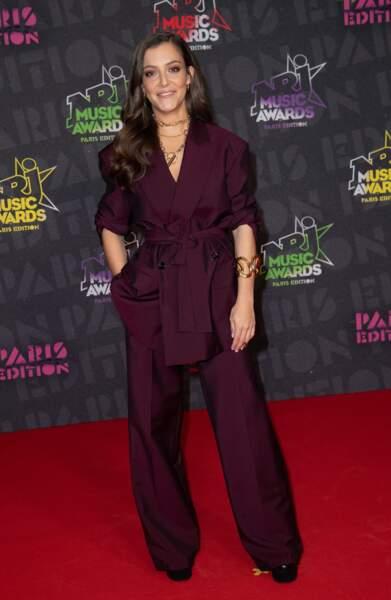 Camille Lellouche, en tailleur bordeaux ultra classe, aux NRJ Music Awards 2020.