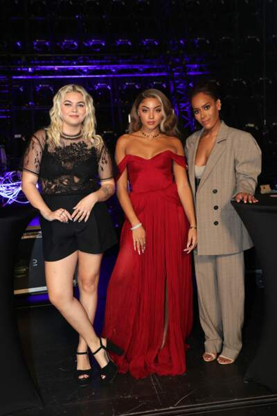 Louane (en combi short noir), Wejdene en robe de princesse rouge, et Amel Bent en tailleur Wandering, aux NRJ Music Awards 2020.