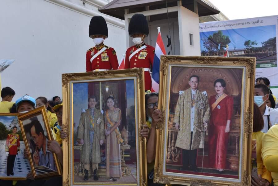 Des Thaïlandais étaient venus avec des portraits de l'actuel couple royal et de leurs prédécesseurs