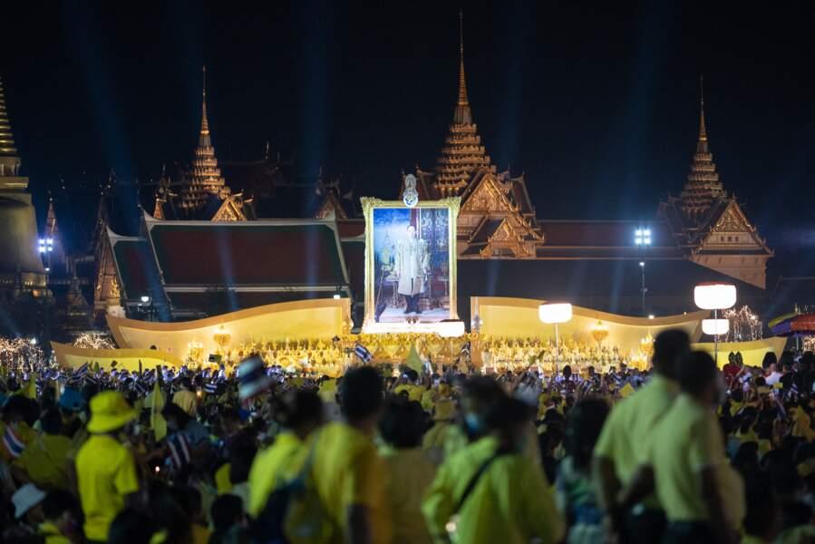 La foule devant le Grand palais de Bangkok, ce samedi 5 décembre