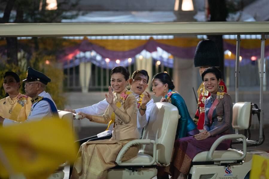 La roi Rama X, dont le nom est Maha Vajiralongkorn, parle avec sa fille, la princesse Sirivannavari