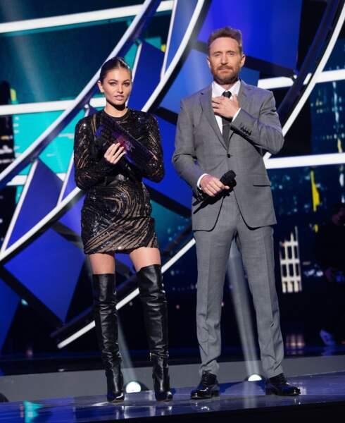 La sublime Thylane Blondeau, en robe de soirée cintrée, au côté de David Guetta, sur la scène des NRJ Music Awards 2020.