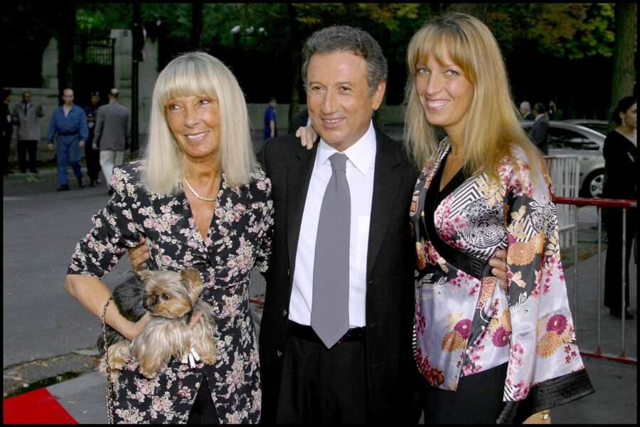 Michel Drucker soutenu par les deux femmes de sa vie, Dany Saval et Stéphanie Jarre, à la soirée de la 200ème de Vivement Dimanche en 2003.