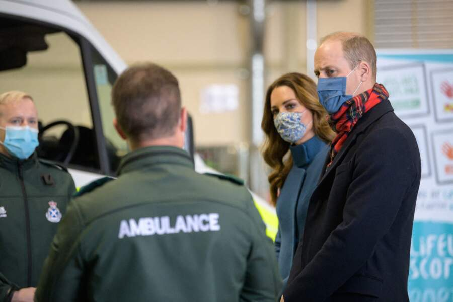 Le prince William, duc de Cambridge et Kate Middleton visitent un centre de secours à Newbridge en Ecosse, le 7 décembre 2020