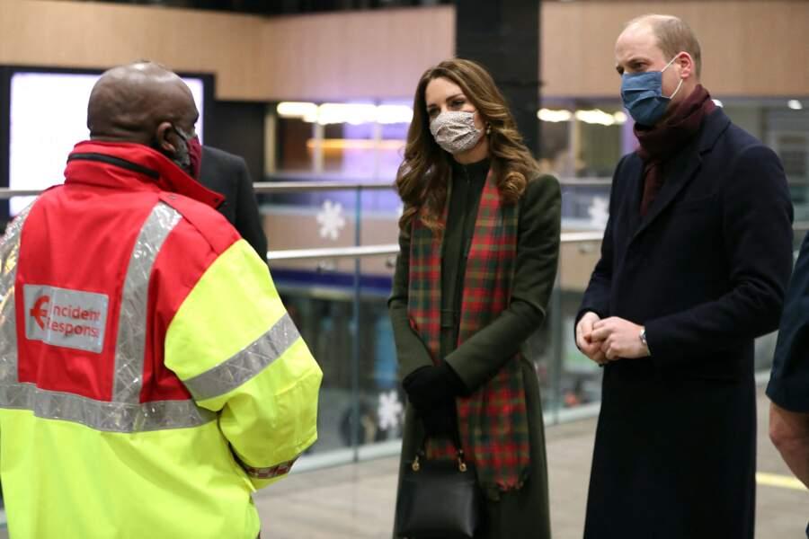 Kate Middleton et le prince William discutent avec un employé à la Gare d'Euston dans le cadre d'une tournée à travers le Royaume Uni, le 6 décembre 2020
