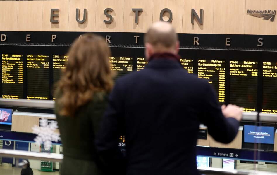 Les couple de Cambridge observent le tableau de départ à la Gare d'Euston pour une tournée à travers le Royaume Uni, le 6 décembre 2020