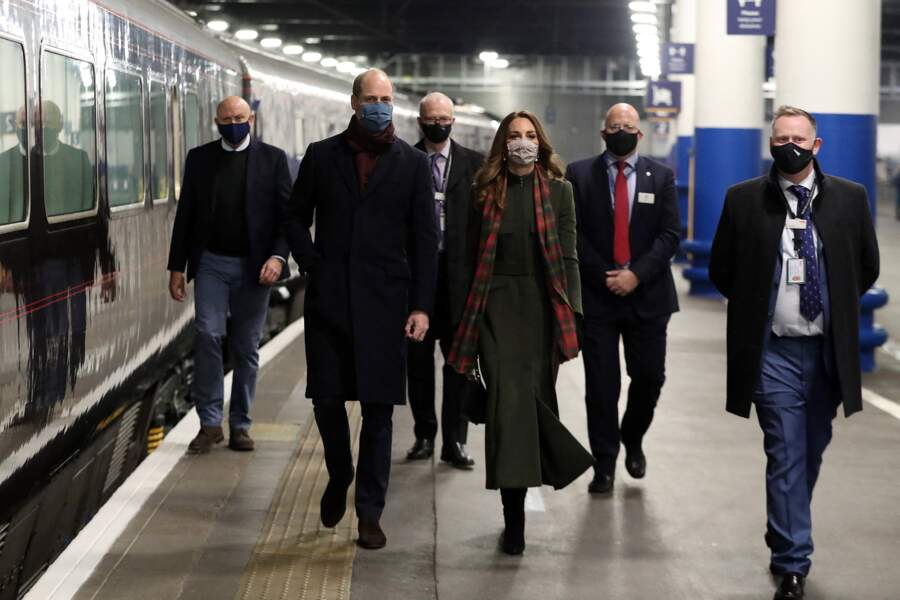 Le prince William et Kate Middleton se dirigent vers le train à la Gare d'Euston pour une tournée à travers le Royaume Uni, le 6 décembre 2020.