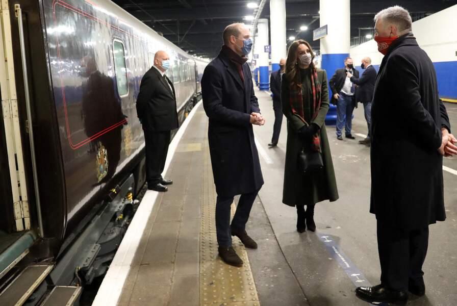 Les époux de Cambridge prennent un train à la Gare d'Euston pour une tournée à travers le Royaume Uni, le 6 décembre 2020.