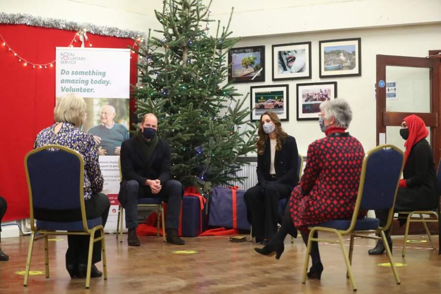 Le prince William et Kate Middleton arrivent au Batley Community Center, West Yorkshire pour rencontrer des bénévoles qui ont soutenu des membres âgés de la communauté tout au long de l'épidémie de coronavirus, le 7 décembre 2020