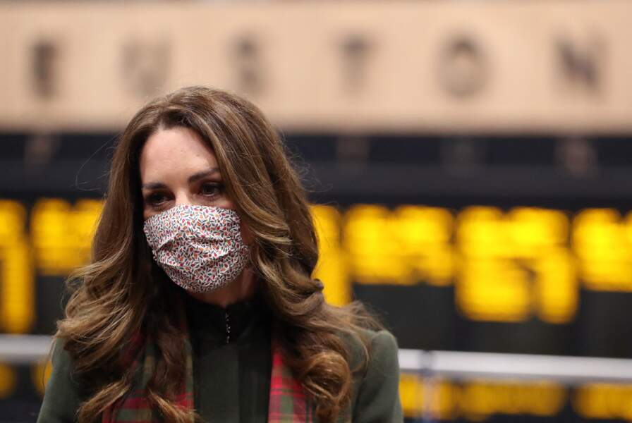 Kate Middleton à la Gare d'Euston pour une tournée à travers le Royaume Uni, le 6 décembre 2020.