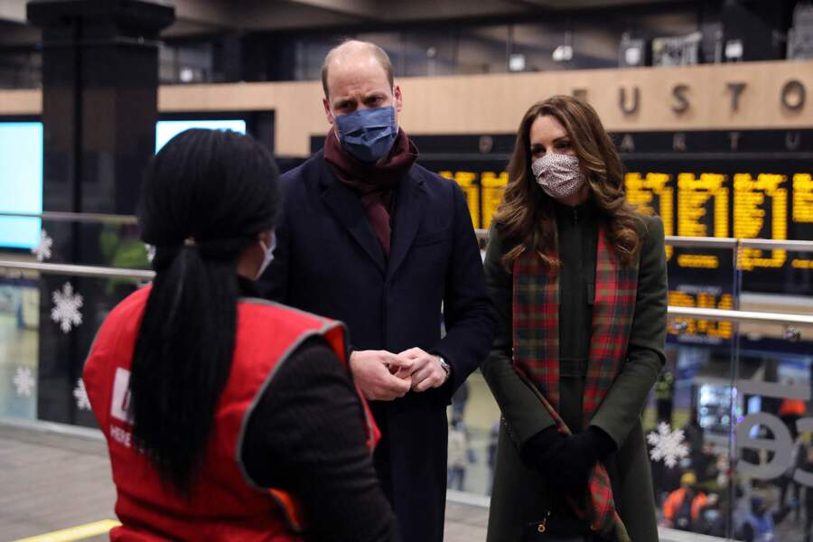 Le prince William et Kate Middleton échangent avec une employée à la Gare d'Euston, le 6 décembre 2020