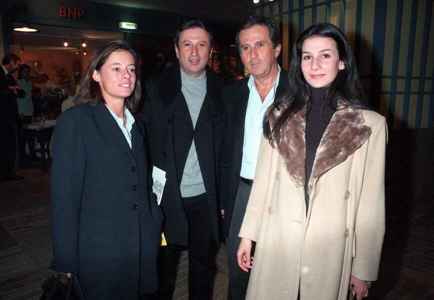 Très proche de ses frères, Jacques et Jean, Michel Drucker l'est également de ses nièces, Léa et Marie Drucker (Ici, Michel Drucker aux côtés de son frère, Jean Drucker, décédé en avril 2003, et de ses nièces Marie et Léa, en 1997)