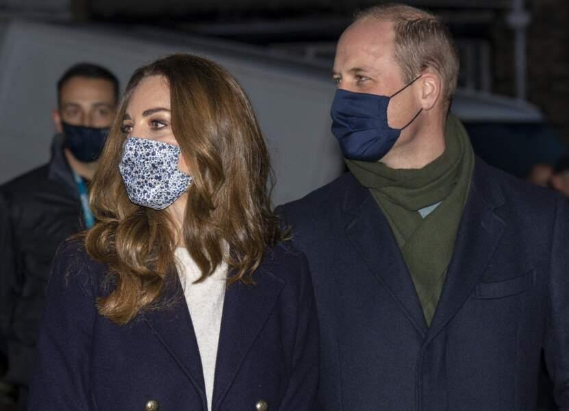 Le prince William et Kate Middleton arrivent le 7 décembre au Batley Community Center, West Yorkshire pour rencontrer des bénévoles qui ont soutenu des personnes âgées  tout au long de l'épidémie de coronavirus (covid-19), le deuxième jour d'une tournée de trois jours à travers le pays.