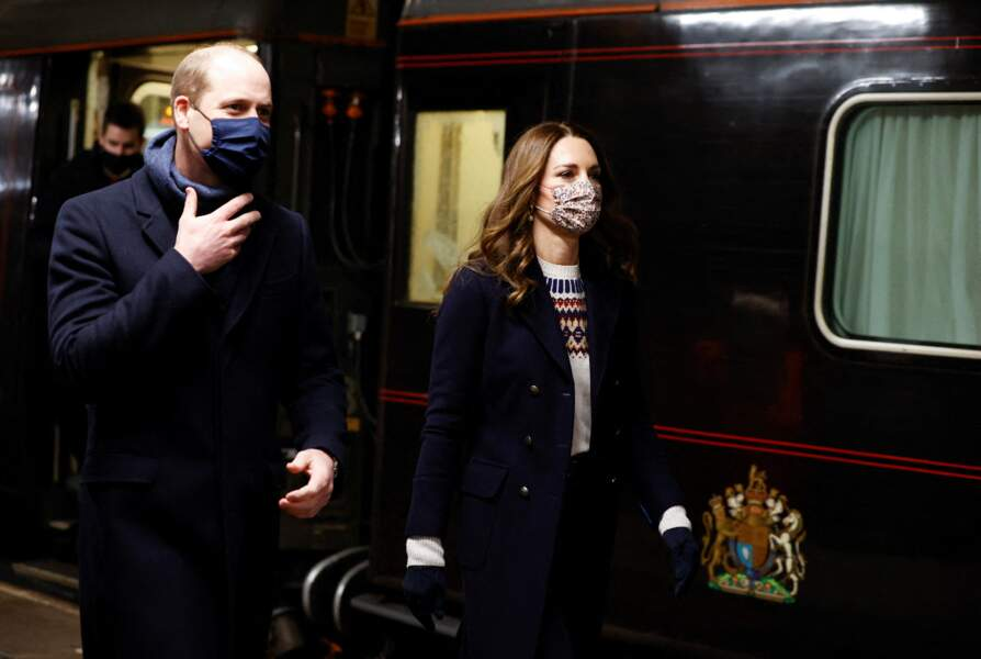 Le prince William, duc de Cambridge,  et Kate Middleton, duchesse de Cambridge, à la gare Manchester Victoria le deuxième jour de leur tournée à travers le Royaume Uni le 7 décembre 2020.