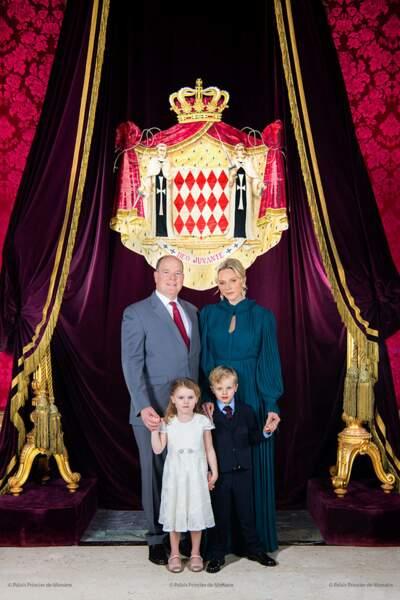 Le Prince Albert et la Princesse Charlène avec leurs enfants le Prince Héréditaire Jacques et la Princesse Gabriella : la famille princière de Monaco réunie sur la photo officielle dévoilée sur les réseaux sociaux du palais le 1er décembre 2019.